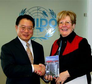 Buchpräsentation bei UNIDO-Generaldirektor Li (im Bild links mit der Herausgeberin Annemarie Mannoia-Boaglio). Foto: UNIDO